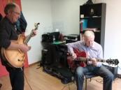 Duo de deux élèves de guitare électrique jouant un blues