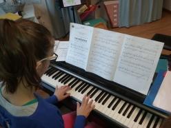 Elève travaillant son piano