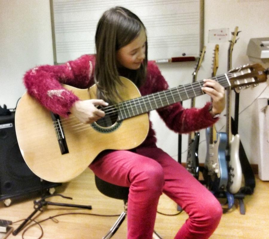Elève travaillant un accompagnement Jazz à la guitare