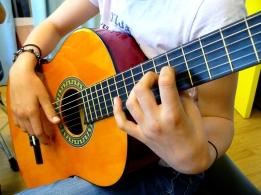 Gros plan sur les mains d'une guitariste classique