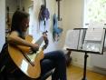 Elève travaillant un morceau de bossa nova à la guitare