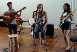 Répétition d'une élève de chant accompagnée par deux élèves de guitare